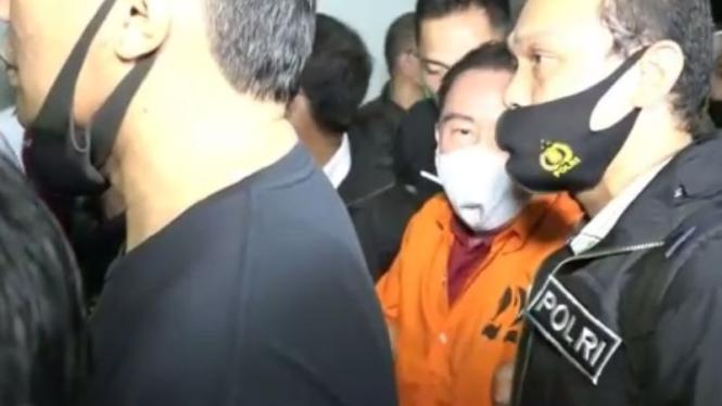 Djoko Tjandra (baju oranye) tiba di Bandara Halim, Jakarta.