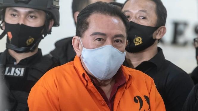 Buronan kasus korupsi pengalihan hak tagih Bank Bali Djoko Tjandra (tengah) berhasil ditangkap polisi di Malaysia.
