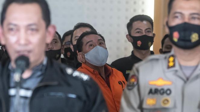 Djoko Tjandra (tengah) berhasil ditangkap setelah buron selama sebelas tahun