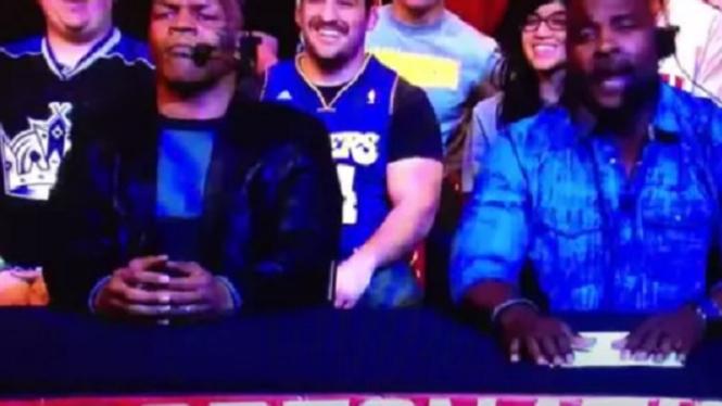 Mike Tyson saat jadi komentator sepakbola