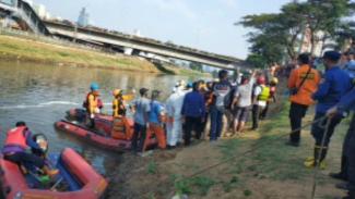 Tim SAR melakukan pencaharian bocah 7 tahun di Banjir Kanal Barat