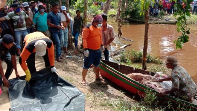 Proses evakuasi jenazah petani diterkam buaya di Sumut.