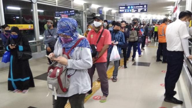 (Foto Ilustrasi) Antrean pengguna KRL di Stasiun Tanah Abang, Jakarta Pusat.