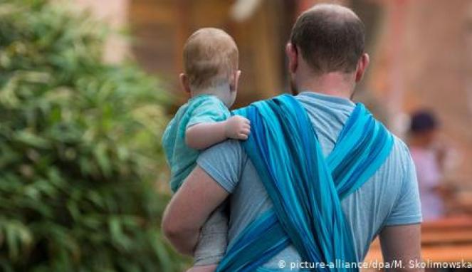 https://thumb.viva.co.id/media/frontend/thumbs3/2020/08/02/5f2627a8c8932-menjadi-ayah-rumah-tangga-pergeseran-peran-suami-istri_663_382.jpg