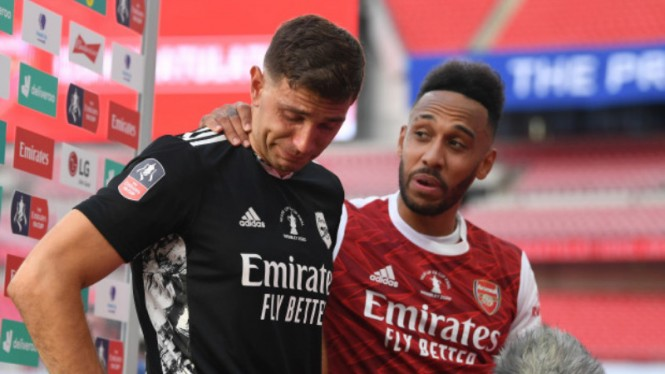 Kiper Arsenal, Emiliano Martinez (kiri), menangis kenang hidup susah keluarganya