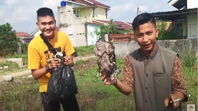 Video prank daging qurban berisi sampah oleh Youtuber Edo Putra