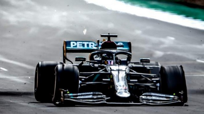 Ban mobil Lewis Hamilton pecah di GP Inggris