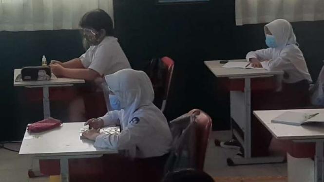 Sejumlah siswa SD Negeri Pekayon Jaya VI di Kota Bekasi, Jawa Barat, menjalani uji coba kegiatan belajar-mengajar dengan tatap muka di sekolah dengan protokol kesehatan pencegahan COVID-19.
