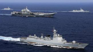 VIVA Militer: Kapal Induk China, Liaoning (tengah), di Laut China Selatan