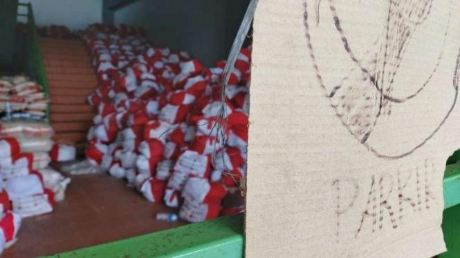 Sejumlah paket sembako untuk para pekerja korban PHK terbengkalai di Stadion Patriot Candrabhaga, Kota Bekasi, Jawa Barat.
