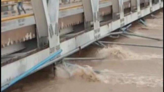 Luapan air di Sungai Masamba telah menyentuh tiang jembatan kota.