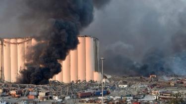 https://thumb.viva.co.id/media/frontend/thumbs3/2020/08/05/5f29e39b5a636-ledakan-hebat-guncang-ibu-kota-lebanon-setidaknya-10-orang-tewas-saksi-mata-ledakannya-begitu-besar-saya-kira-akan-mati_375_211.jpg