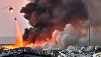 Sebuah helikopter terlihat berusaha memadamkan api akibat ledakan di Lebanon.