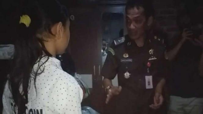 Kasi Pidum Kejaksaan Negeri Garut, Dapot Dariarma menyerahkan bantuan handphone untuk S (13).