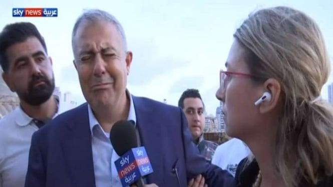 Gubernur Beirut Marwan Abboud menangis melihat puing-puing bekas ledakan di ibu kota Lebanon itu, 4 Agustus 2020.