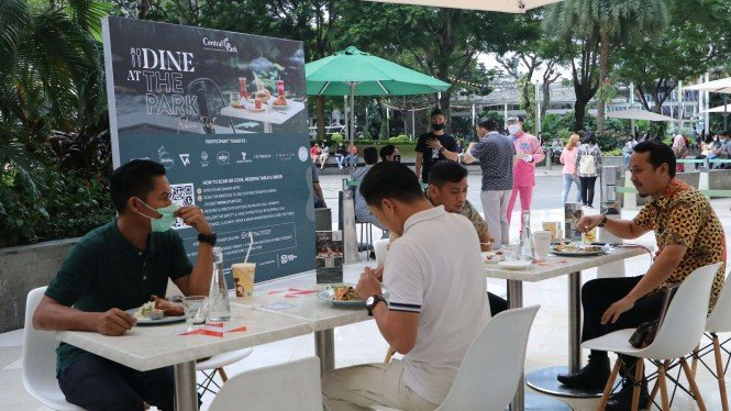 Dine in at park Central Park Mall.