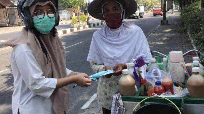 Pembagian Masker serta Sosialisasi pencegahan Covid-19 di Balikpapan dan Gresik