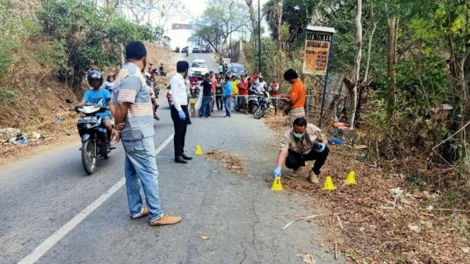 Lokasi pembunuhan diperiksa polisi.