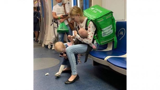Bule cantik kerja antar makanan sambil membawa anak.
