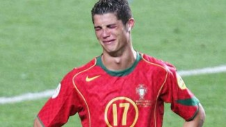 Tangis Cristiano Ronaldo di Piala Eropa 2004.