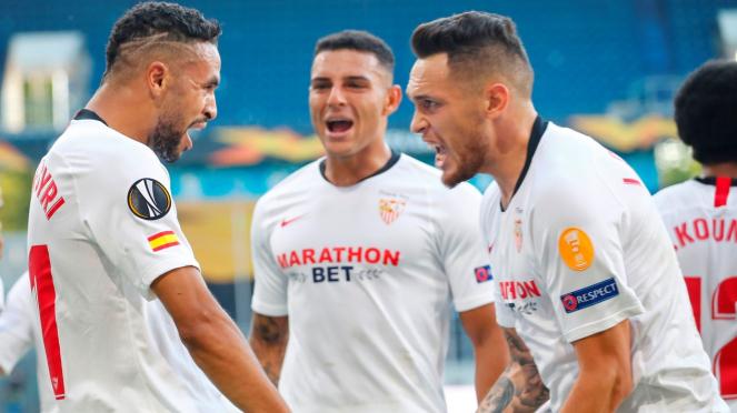 Sevilla merayakan gol