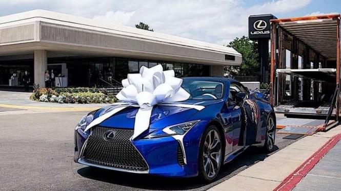 Membeli mobil bekas Lexus diberi hadiah pita kado