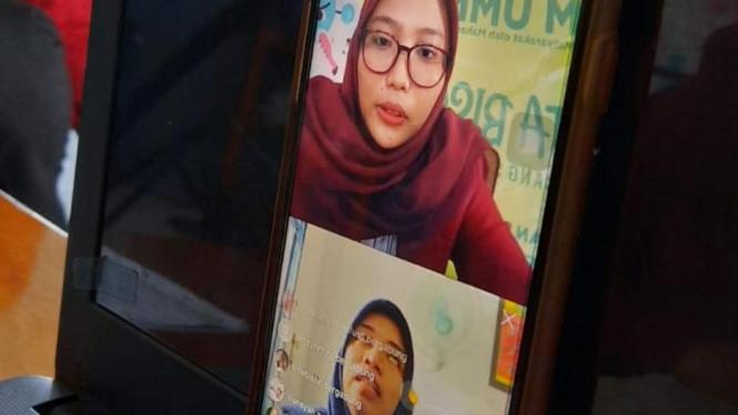 Nadia Nabilah, selaku moderator melakukan diskusi bersama Ibu Laila Rismawati, SKM dalam membahas peran masyarakat dalam menangani covid-19