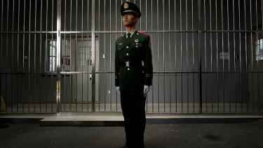 https://thumb.viva.co.id/media/frontend/thumbs3/2020/08/07/5f2d18c3c7742-korban-sistem-hukum-pengakuan-paksa-di-china-dinyatakan-tidak-bersalah-usai-27-tahun-dipenjara_375_211.jpg