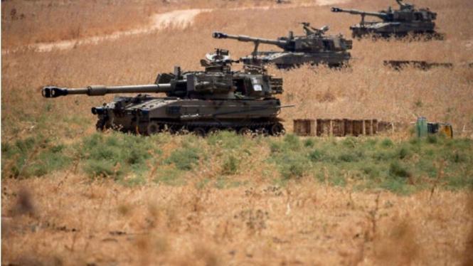 VIVA Militer: Tank Tentara Israel Bersiaga Disepanjang Perbatasan Lebanon