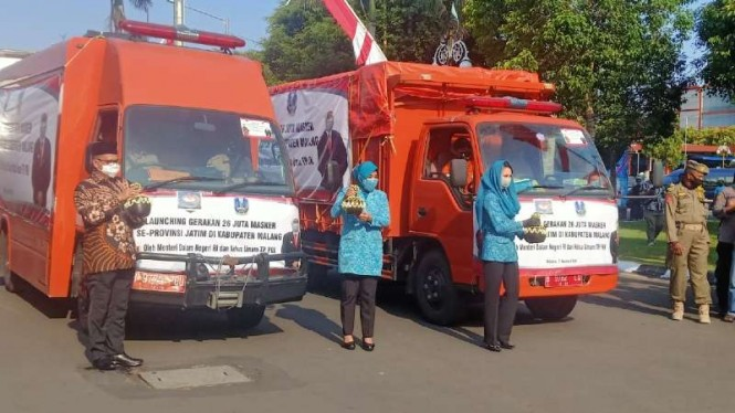 Menteri Dalam Negeri Tito Karnavian memberangkatkan truk pengangkut 26 juta masker ke seluruh kota/kabupaten di Jawa Timur, Jumat, 7 Agustus 2020.