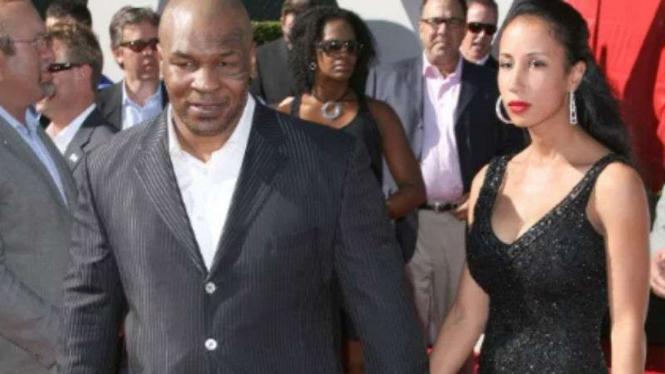 Mike Tyson dan istrinya Lakiha Spicer.
