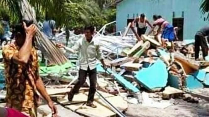 Rumah istri kedua di Serdang Bedagai, Sumatera Utara, dihancurkan istri pertama.