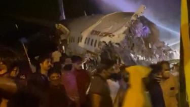 https://thumb.viva.co.id/media/frontend/thumbs3/2020/08/07/5f2d872f4d7af-pesawat-india-patah-menjadi-dua-bagian-saat-mendarat-di-landasan-pacu-bandara-calicut_375_211.jpg