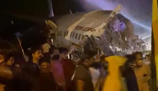 https://thumb.viva.co.id/media/frontend/thumbs3/2020/08/07/5f2d872f4d7af-pesawat-india-patah-menjadi-dua-bagian-saat-mendarat-di-landasan-pacu-bandara-calicut_663_382.jpg