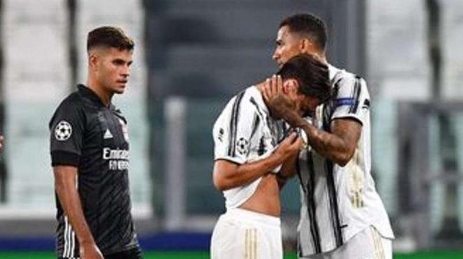 Pemain Juventus, Paulo Dybala Menangis dipelukan rekannya