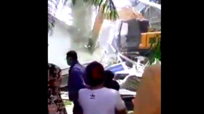 Video alat berat sedang meruntuhkan rumah yang diduga milik pelakor di Serdang