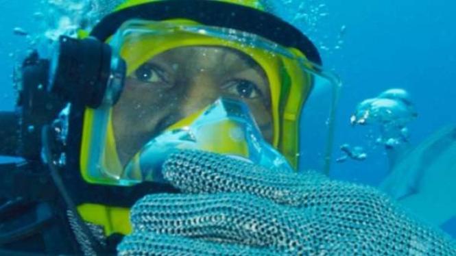 Mike Tyson saat berhadapan dengan hiu