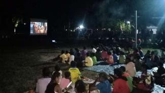VIVA Militer: Pagelaran Layar Tancap Satgas Pamtas RI-PNG Peringati HUR RI ke 75