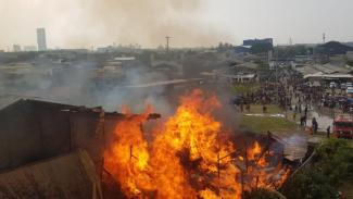 Kebakaran pabrik mebel di Cakung, api belum padam.