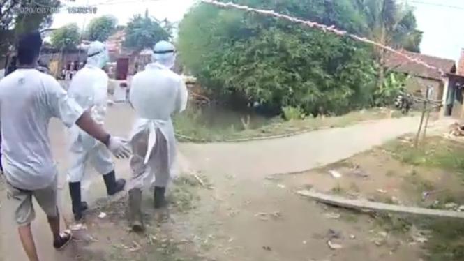 Petugas medis berpakaian APD ditolak warga di Cikarang Utara Bekasi
