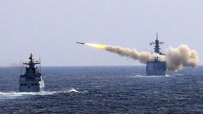 VIVA Militer: Kapal perang Angkatan Laut China menembakkan rudal