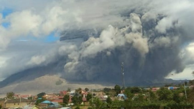 Gunung Sinabung erupsi kembali, ketinggian abu mencapai 5 ribu meter