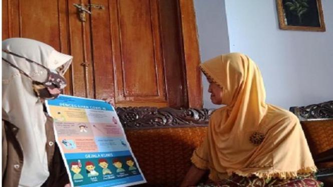 Edukasi pencegahan covid-19 pada lansia oleh Mahasiswa UMM dari rumah ke rumah