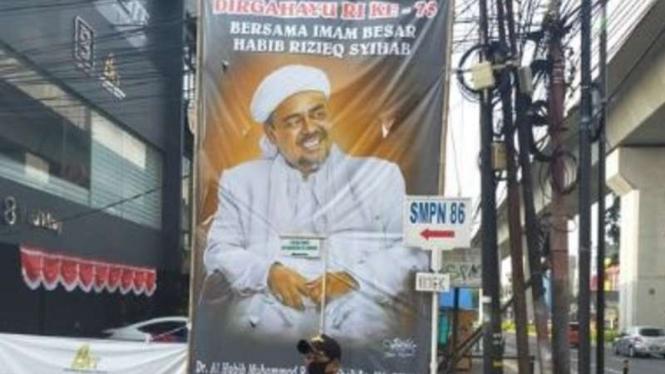 Baliho besar bergambar Habib Rizieq dan dirgahayu RI