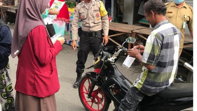 Pembagian Masker kepada Masyarakat di lingkup Pasar Sejumput Pangambangan, Banjarmasin