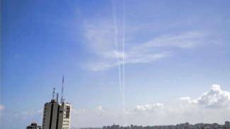 VIVA Militer: Asap Bekas Luncuran Roket Hamas ke Laut Mediterania