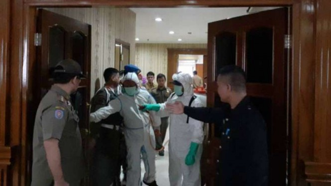 Pemkot Tangerang menyemprot perkantoran dengan disinfektan.