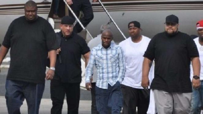 Floyd Mayweather Jr (tengah) dengan para pengawalnya