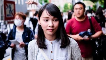 https://thumb.viva.co.id/media/frontend/thumbs3/2020/08/13/5f3474f5a029b-hong-kong-siapa-agnes-chow-aktivis-perempuan-yang-disebut-mulan-yang-asli-dan-dewi-demokrasi_375_211.jpg