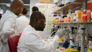 Para peneliti di University of Queensland melakukan percobaan untuk membuat vaksin COVID-19.